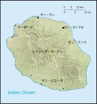 火山島特有の山が聳える レユニ...