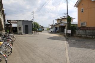 自転車の 北千住 自転車置き場 : 駅前には自転車置き場と民家