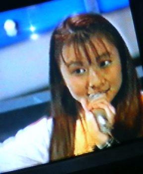 アイドルオンステージでデビュー曲を歌う若杉南さん